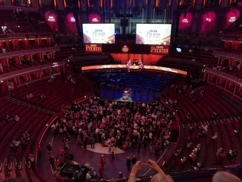 Hier sehen Sie die noch fast leere Halle etwa 45 min vor Vorstellungsbeginn.