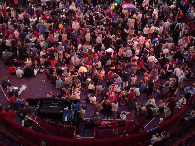 Hier sehen Sie die Arena in der Pause. Viele sitzen dort auf dem Boden.